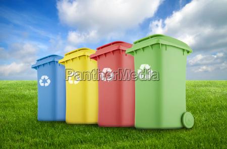 cztery kolorowe kosza na zielona trawe