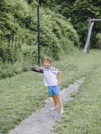 dziecko bub chlopiec bawia sie na