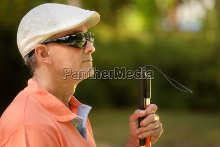portret blind man siedzi w parku