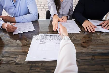 biuro rozmowa kwalifikacyjna reka rece dlonie