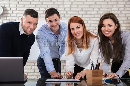 szczesliwy biznes ludzie robia prace w