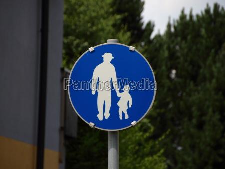 niebieski znak dla pieszych z mezczyzna