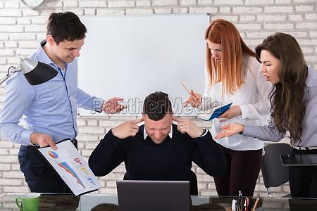 zly biznes ludzie wskazujac na kolege