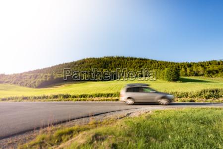 samochod na drodze w norwegii europa