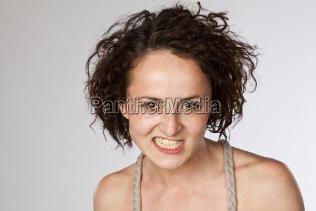 portret angry mloda kobieta clenching zebow