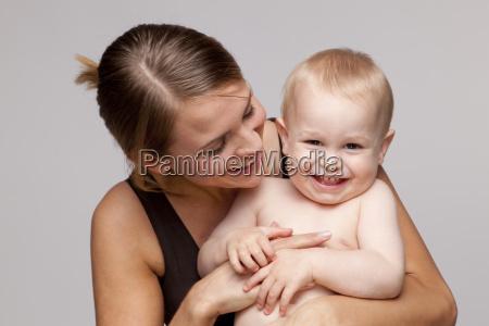 portret szczesliwy shirtless baby boy z