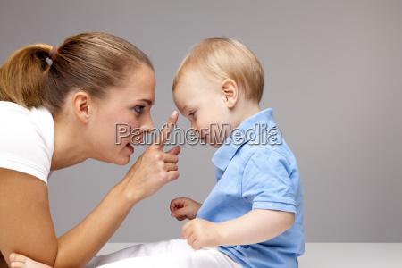 boczny widok mlodej chlopiec dziecka wzruszajacy