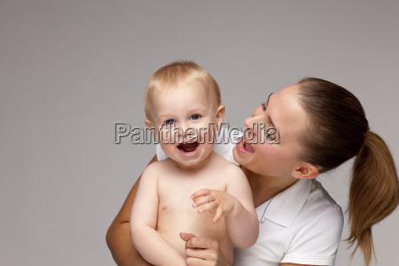 rozochocona matka i chlopiec z usta