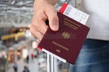 osoba posiadajaca bagaz paszport i bilet