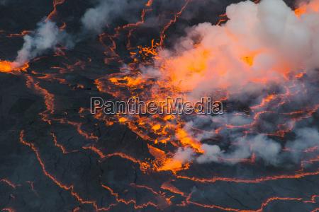 bardzo aktywne jezioro lawy mount nyiragongovirunga