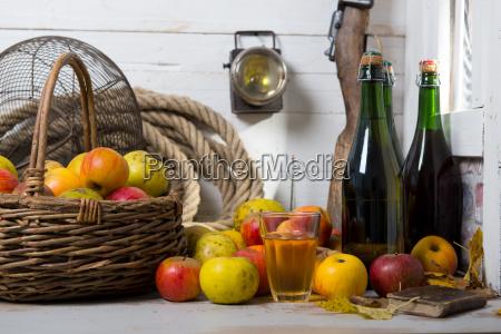 organiczne swieze jablka z butelka cydru