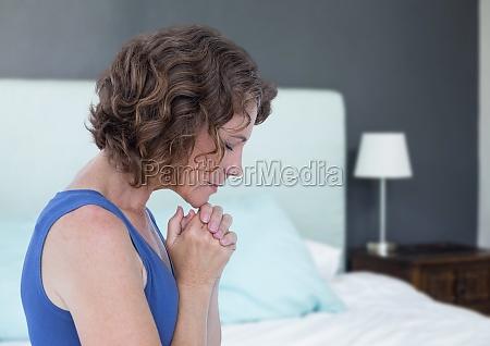 kobieta modlac sie nadziei i smutku