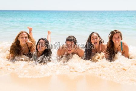 ludzie zabawy w morzu