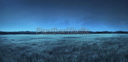 Laka krajobraz w porze nocnej