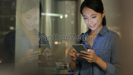 kobieta, korzystanie, z, telefonu, komórkowego, w - 23224273