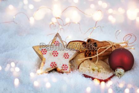 Swiateczna dekoracja w sniegu ze skladnikami