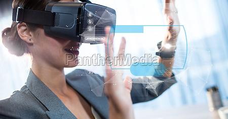 cyfrowy kompozytowy wizerunek bizneswoman dotykajac futurystyczny