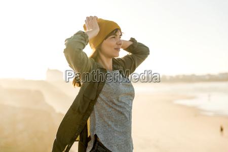 kobieta nad klifem