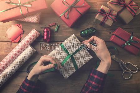 pakowanie prezentow kobieta krawat wstazka luk