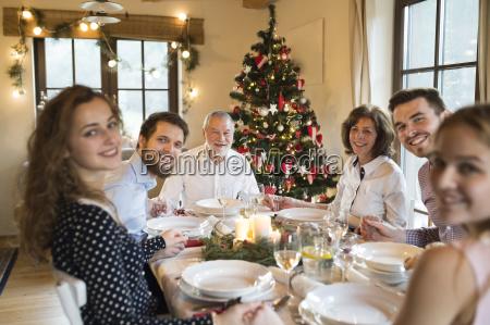 szczesliwa rodzina na swiateczny stol obiadowy