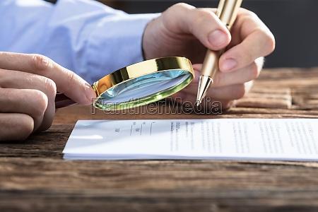 businessperson, patrząc, na, dokument, za, pomocą - 23584134