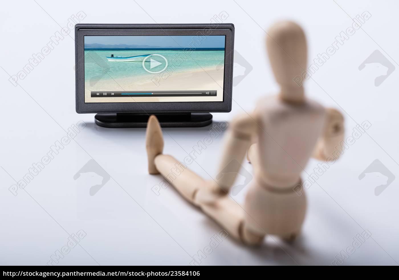 drewniana, postać, oglądająca, wideo, w, telewizji - 23584106