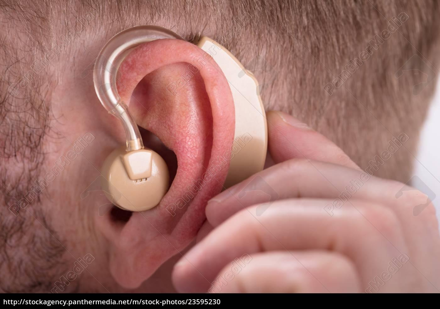 mężczyzna, noszący, aparat, słuchowy - 23595230
