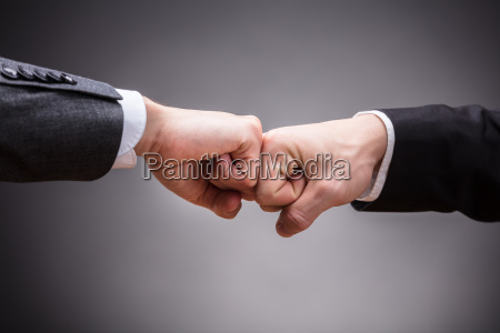dwaj biznesmeni robia piesc bump