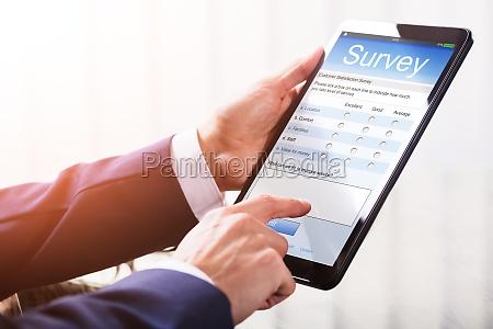 zblizenie strony businessperson wypelnienie ankiety online