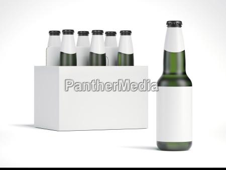 puste butelki piwa i bialy pakiet