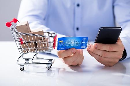czlowiek uzywac karty kredytowej na zakupy