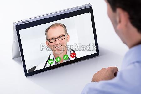 czlowiek video konferencje z jego lekarz