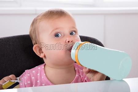 baby girl picie wody z butelki