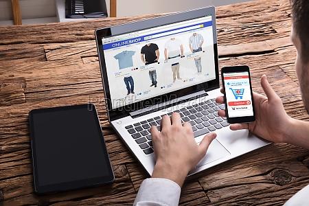 przedsiebiorca przy uzyciu smartphone podczas zakupow