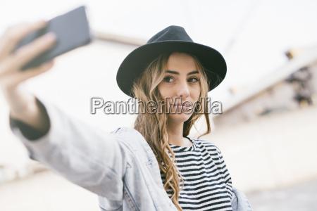 portret modnej mlodej kobiety noszacej kapelusz