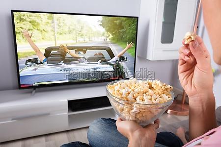 osoba dlon trzymanie popcorn chwila
