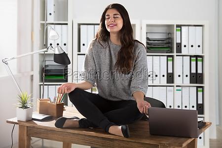 biuro biurko myslec miejsce pracy cwiczenie