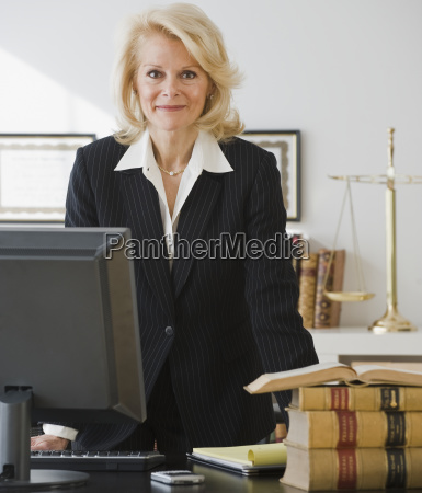 biznesmen opierajac sie na biurku