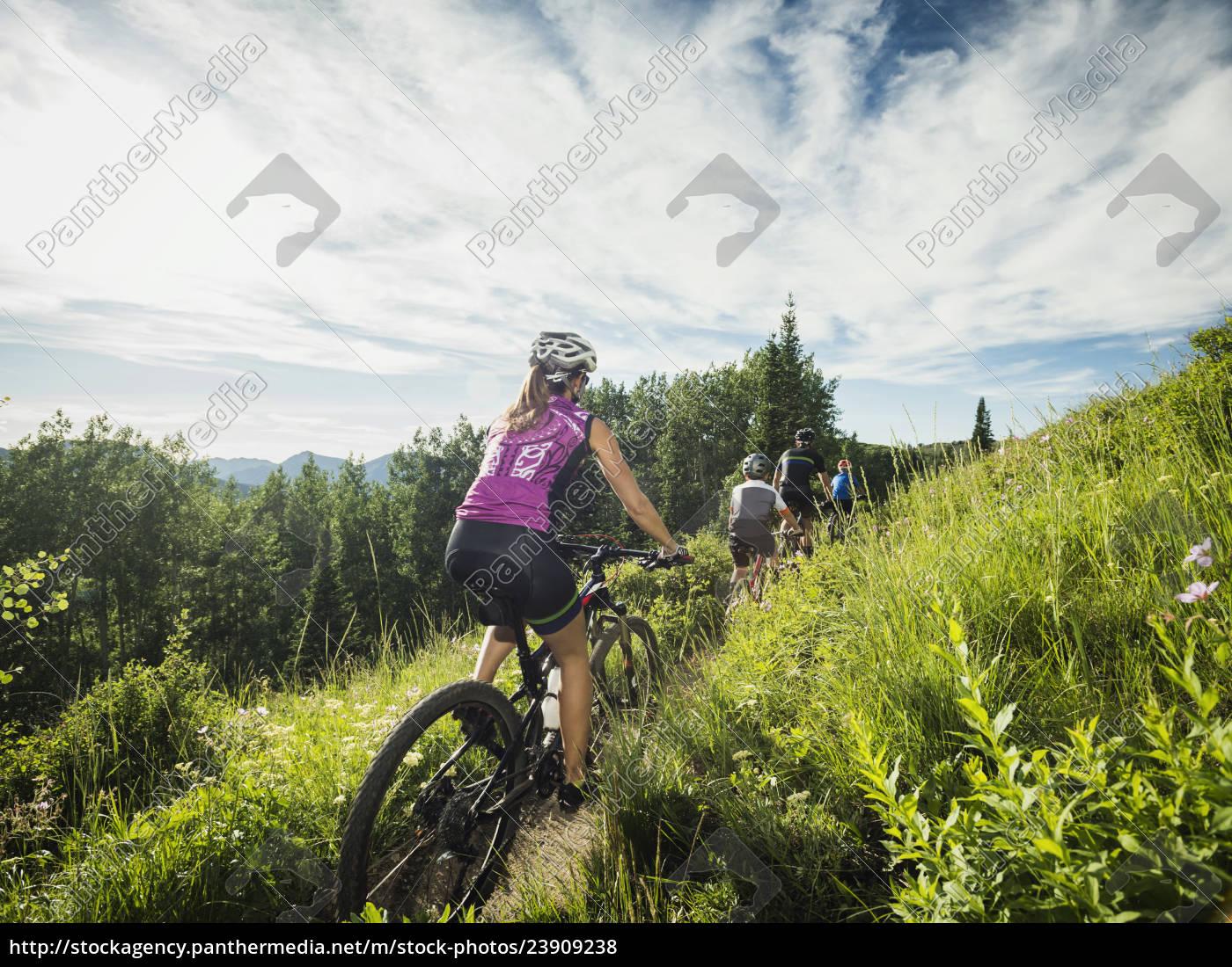 rodzina, z, dziećmi, (10-11, 12-13), na, rowerze - 23909238