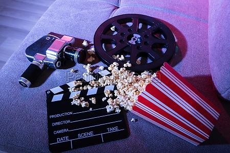 rozlany popcorn z clapperboard i movie