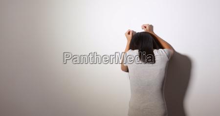 kobieta uczucie zdenerwowany i plakac na