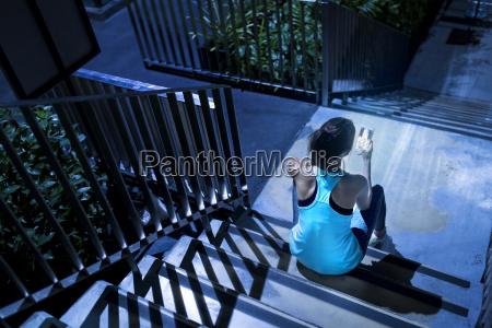 kobieta womane baba telefon schodek schody