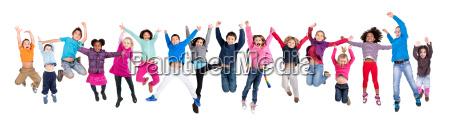 dzieci skakanie na bialym tle