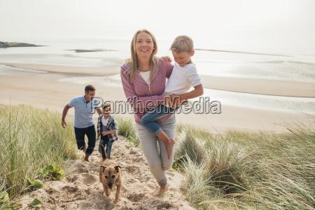 rodzina chodzenie w gore a sand