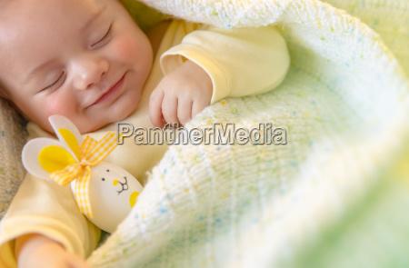 cute baby spanie z ozdoby wielkanocne