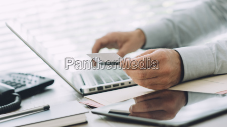 biznesmen robi bankowosc online