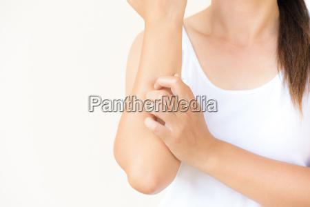 bliska ramie kobieta zarysowac swedzenie recznie