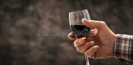 czlowiek degustacja kieliszek czerwonego wina