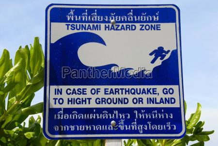 tarcza niebezpieczenstwo tsunami w krzakach na