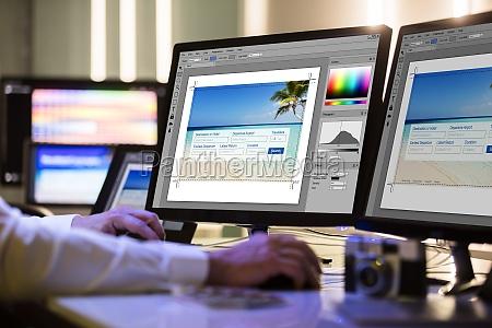 projektant pracy na wielu ekranie komputera
